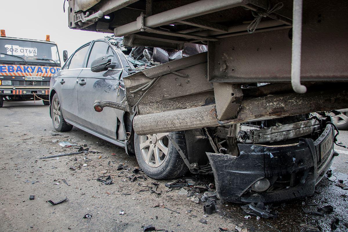 На съезде с Южного моста случилась авария. Audi A4 влетела в прицеп грузовика
