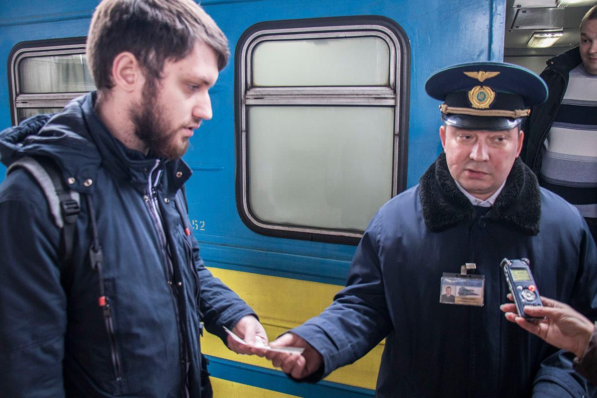 Пассажиры заходят в вагон по билетам