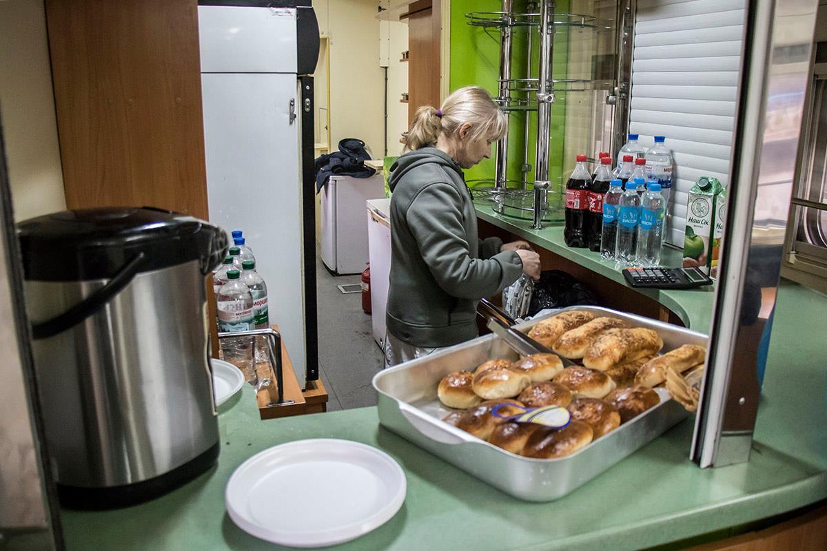 В одном из вагонов продавали недорогие пирожки и напитки
