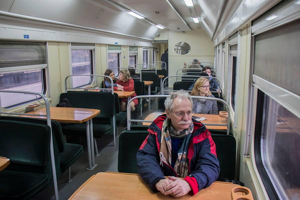 Внутри всех пассажиров ожидали комфортные места со столиками