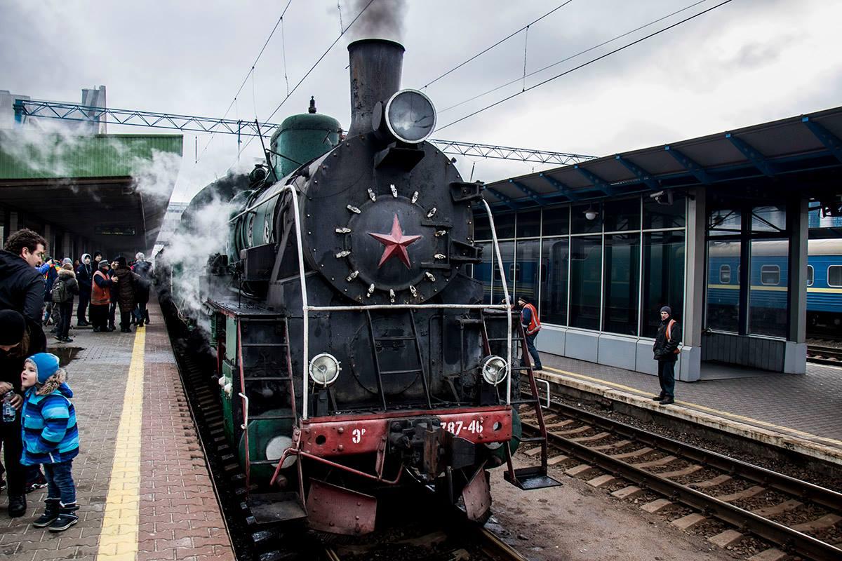 Первый вагон поезда стилизирован под старину