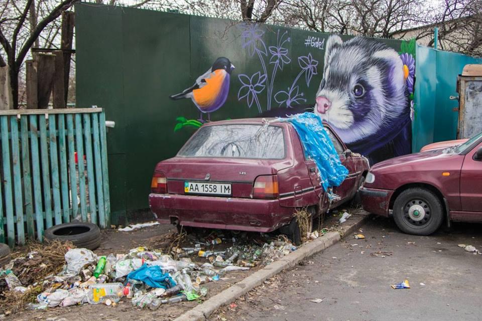 Художник не смог убрать брошенную кем-то и поржавевшую машину