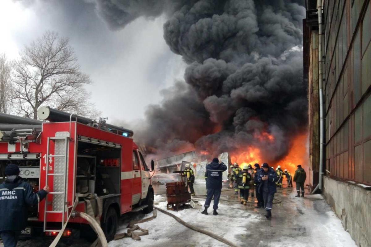 Масштабный пожар в складском помещении для хранения горюче-смазочных материалов
