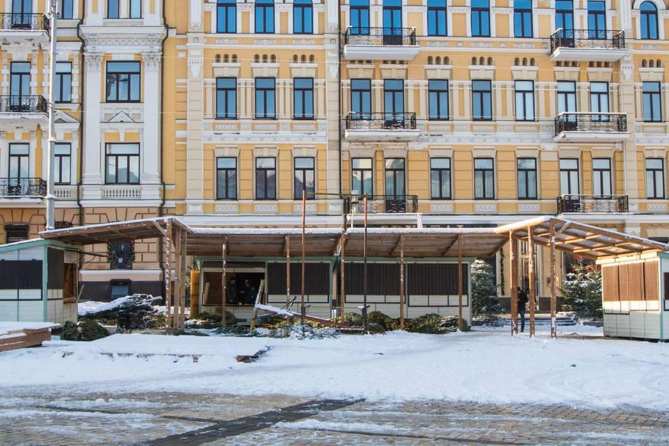 На Софийской площади готовят все для новогодней ярмарки