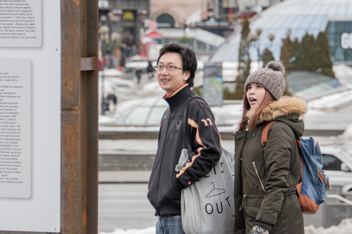 В столицу приезжают много иностранных туристов и студентов