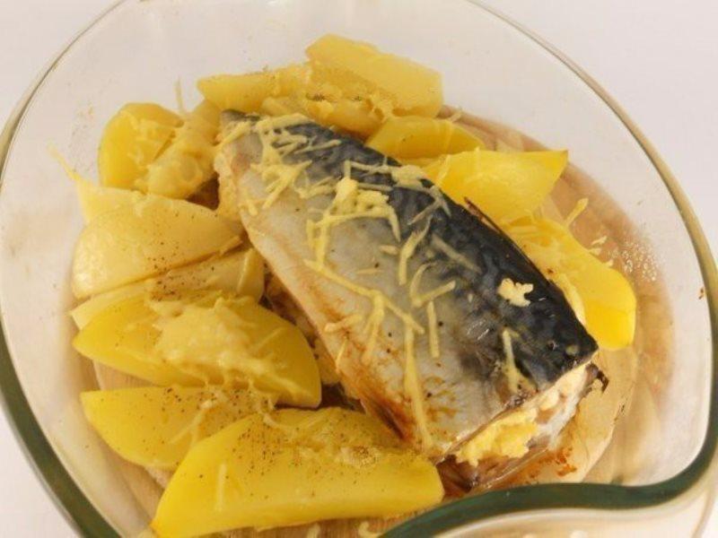 Запеченная скумбрия с сыром и картофелем