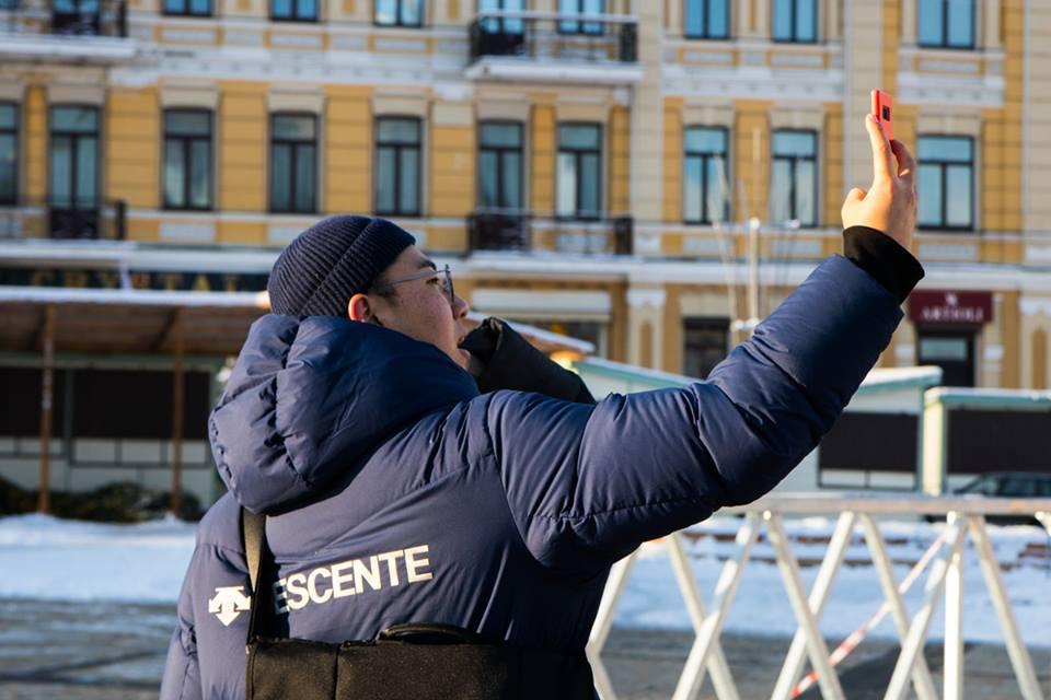 Киевляне и гости столицы с радостью селфятся на фоне 100-летней красотки