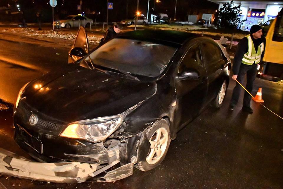 Спасатели вырезали металлический разделитель дороги из машины