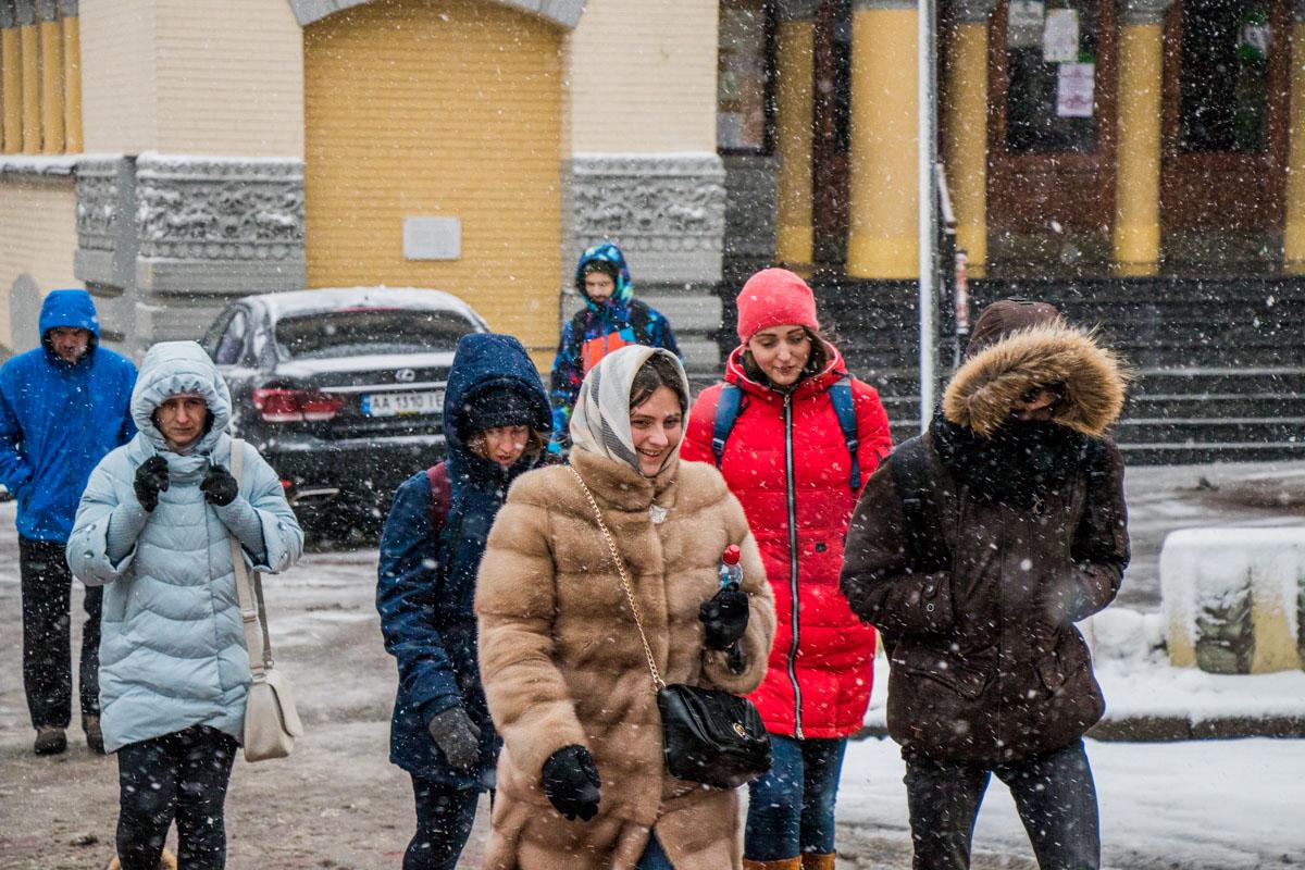 На лицах жителей Киева в такую погоду можно увидеть разные эмоции
