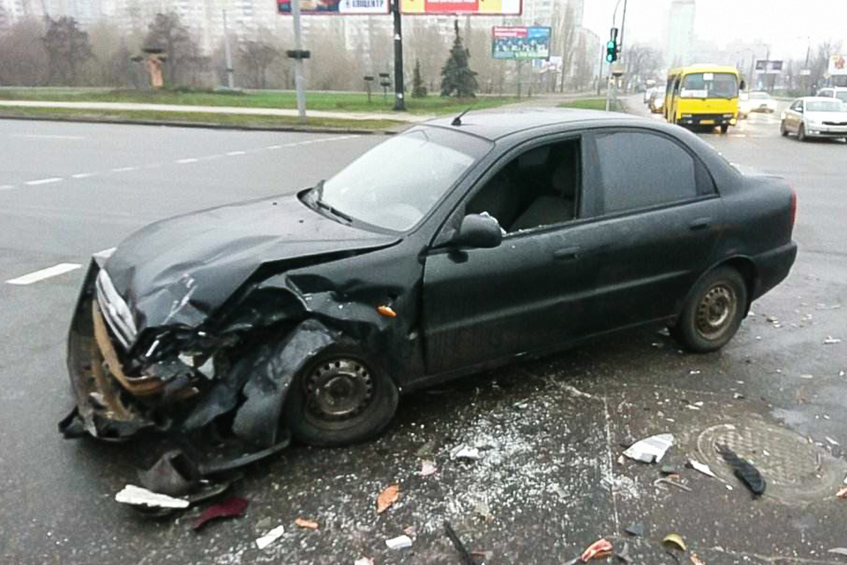 Рядом разбросаны части авто после столкновения