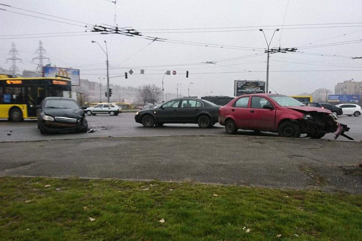 Автомобили стоят прямо посреди дороги
