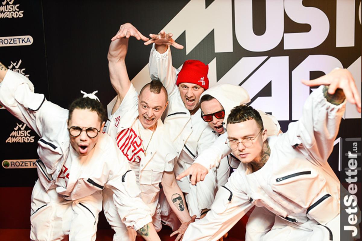 Группа Mozgi не заморачивалась: на красную дорожку и сцену вышли в одном костюме
