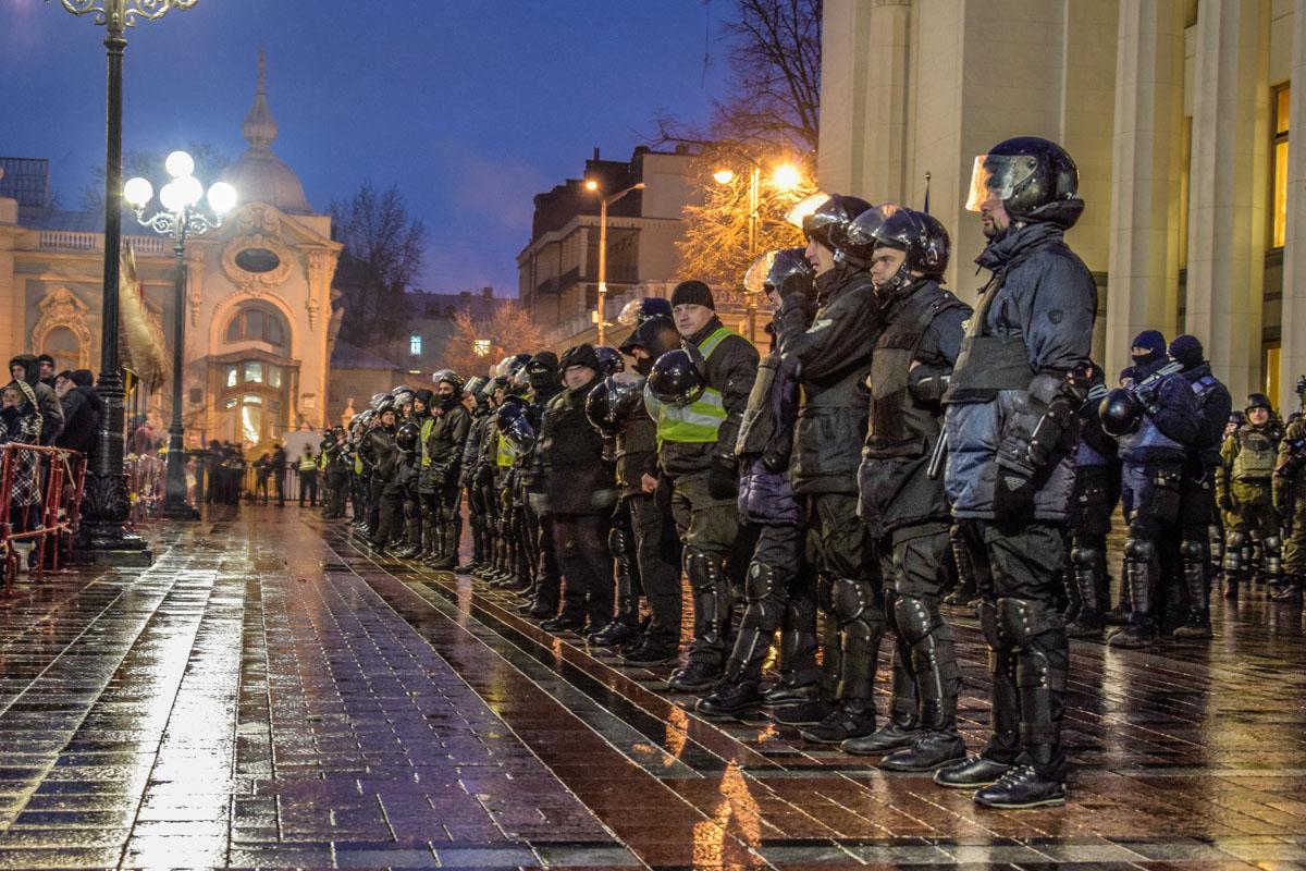 Под парламентом в несколько рядов выстроились подразделения правоохранителей