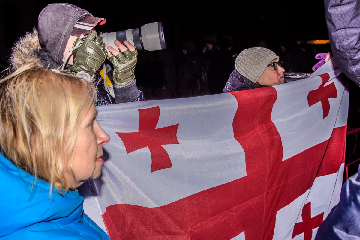 На митинг принесли флаг Грузии