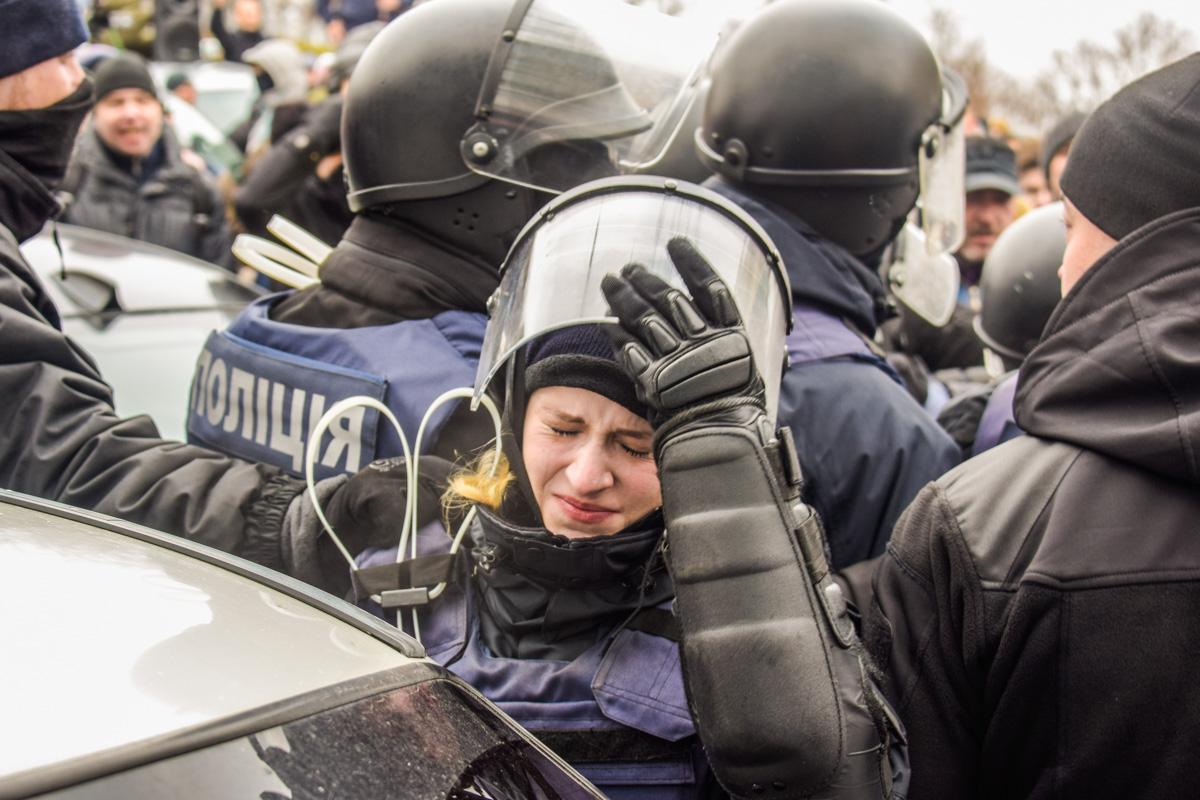 Полицейская во время противостояния