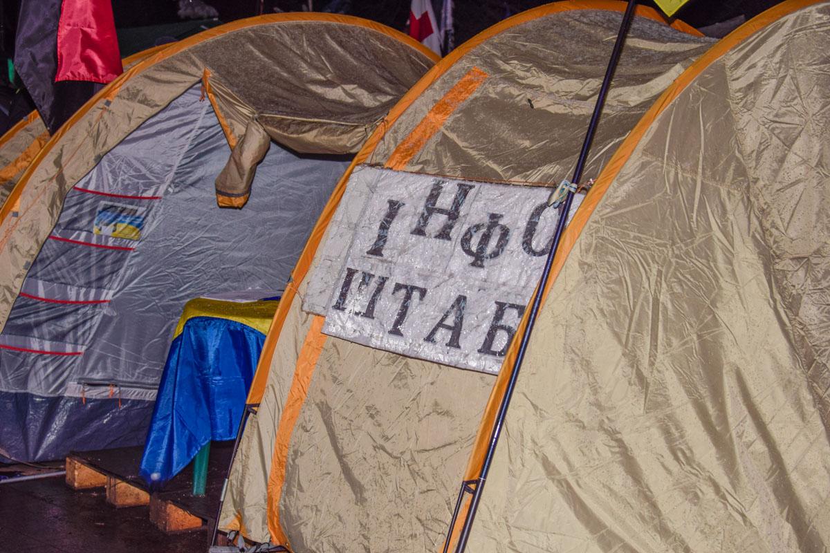 Под парламентом расположился палаточный городок