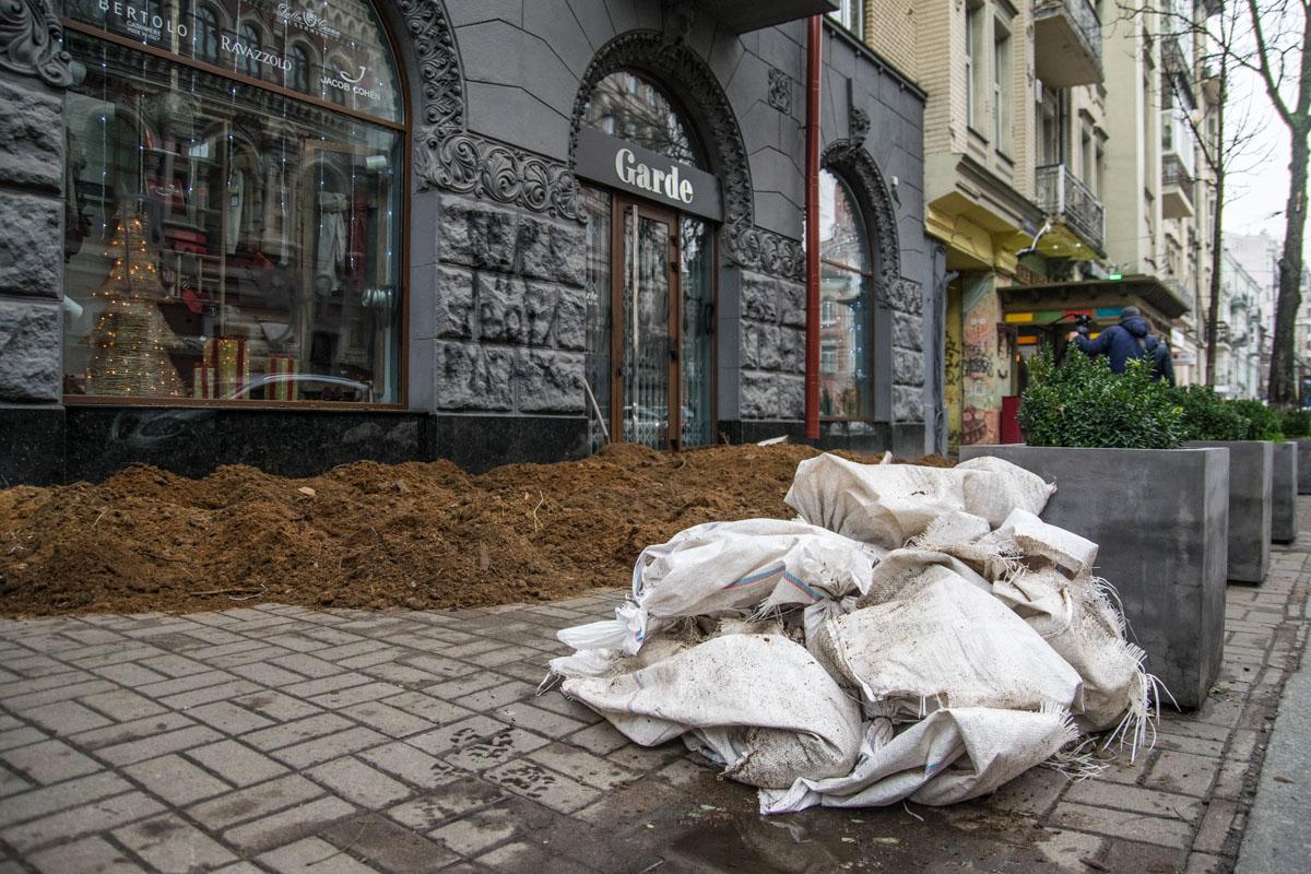 Местные жители рассказывают, что видели мешки с перегноем около магазина примерно в 7:30 утра