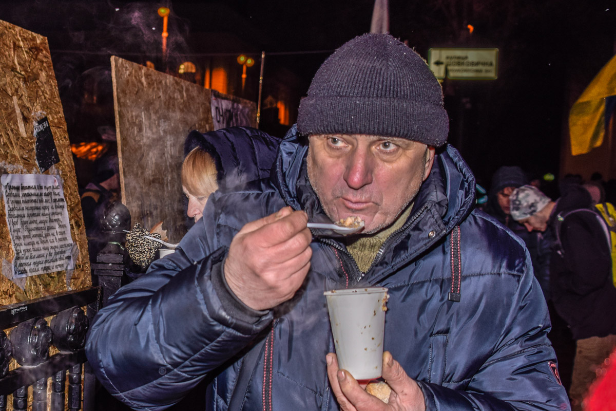 Митингующий говорит, что раздают гречку с салом