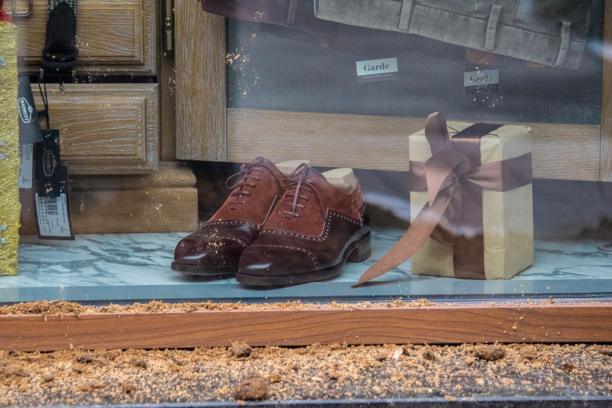Вид витрины элитного магазина испорчен удобрениями