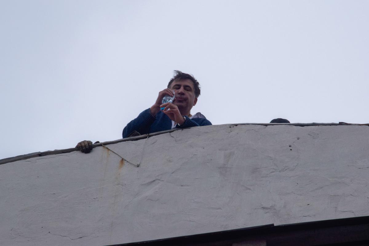 Саакашвили на крыше дома на Костельной