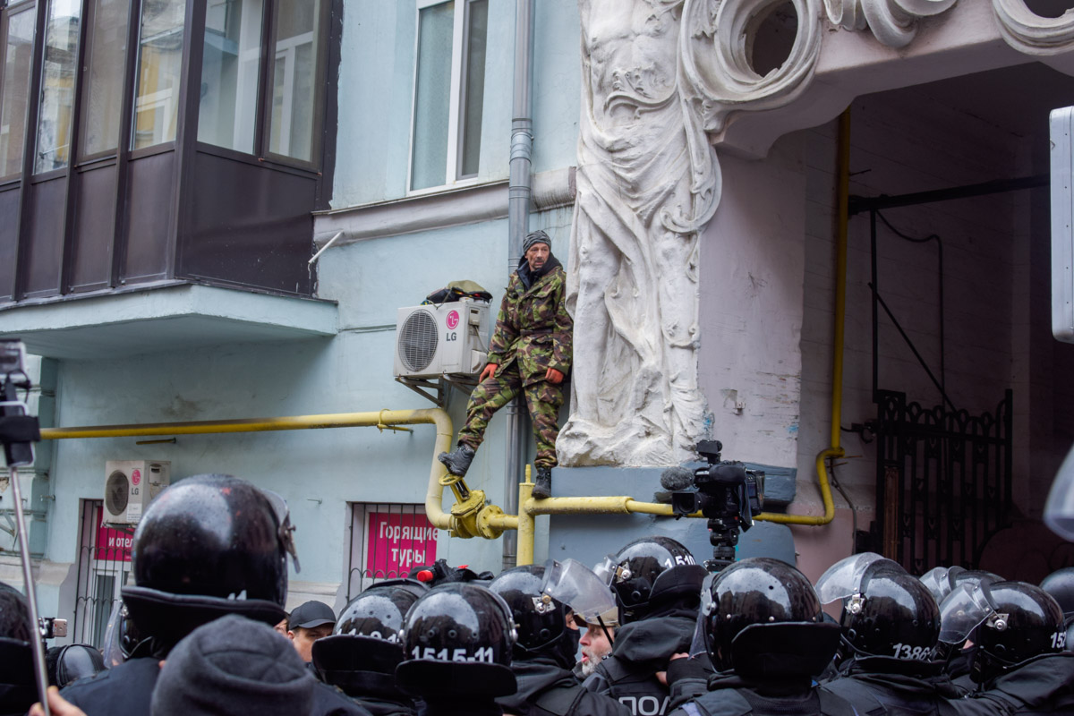 Один из митингующих готовится себя поджечь