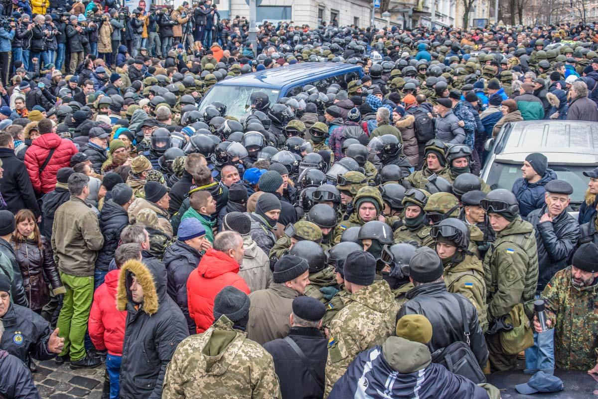 Силовики оцепили автомобиль с Саакашвили