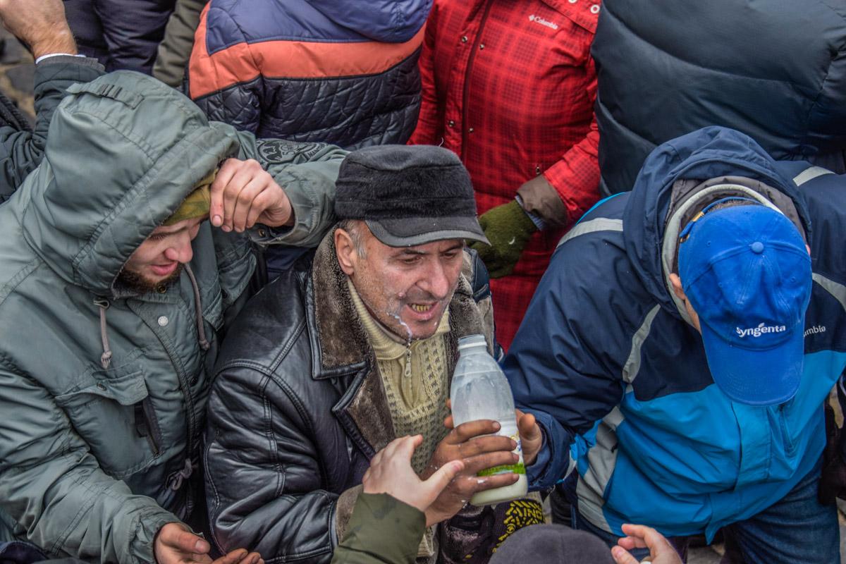 Участники противостояния пьют молоко после слезоточивого газа