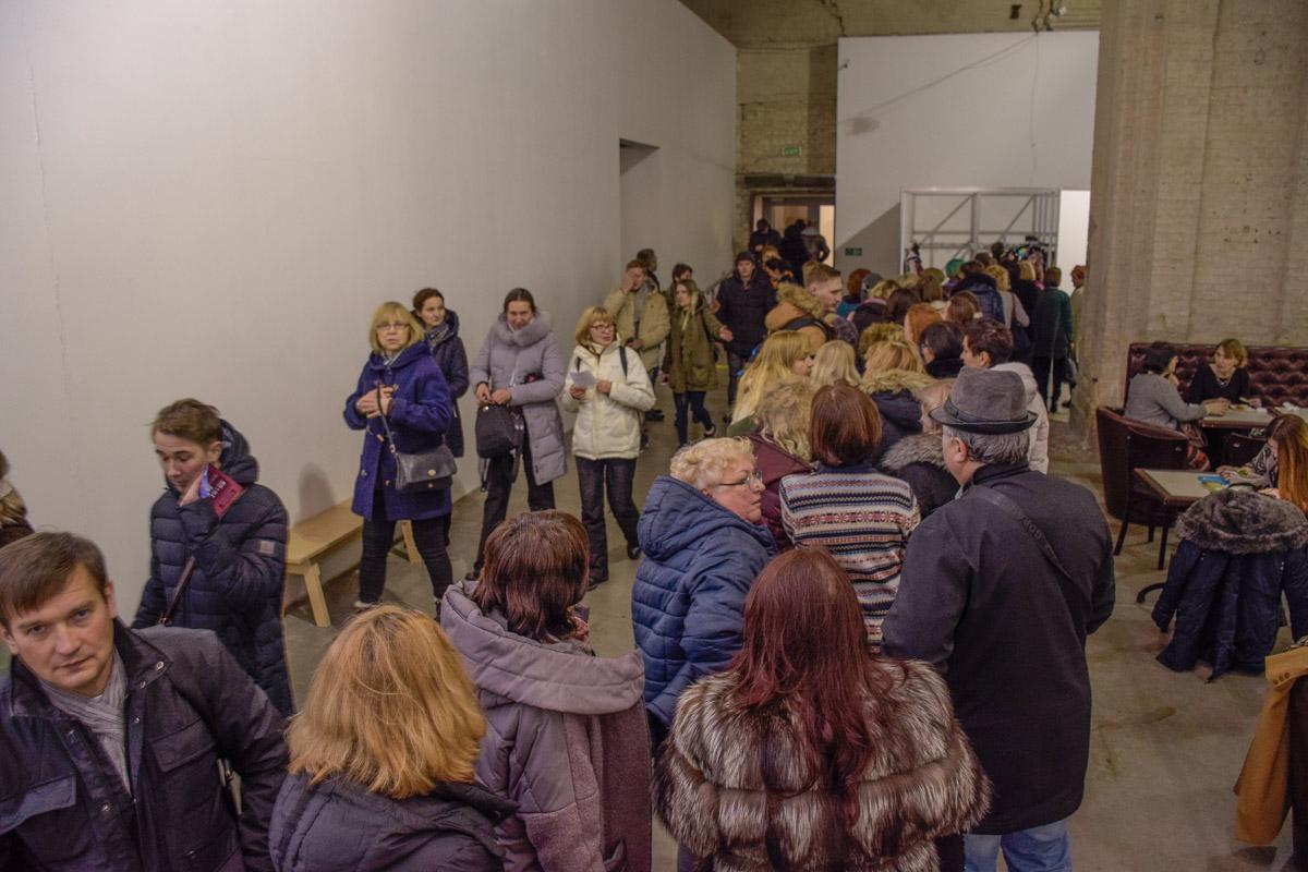 На выставку пришли сотни людей