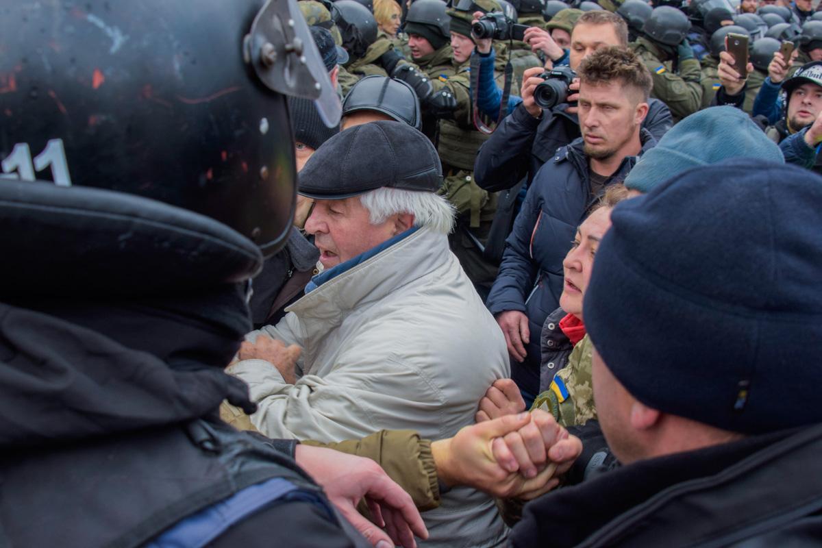 Периодически возле дома, где находился Саакашвили, начинались потасовки