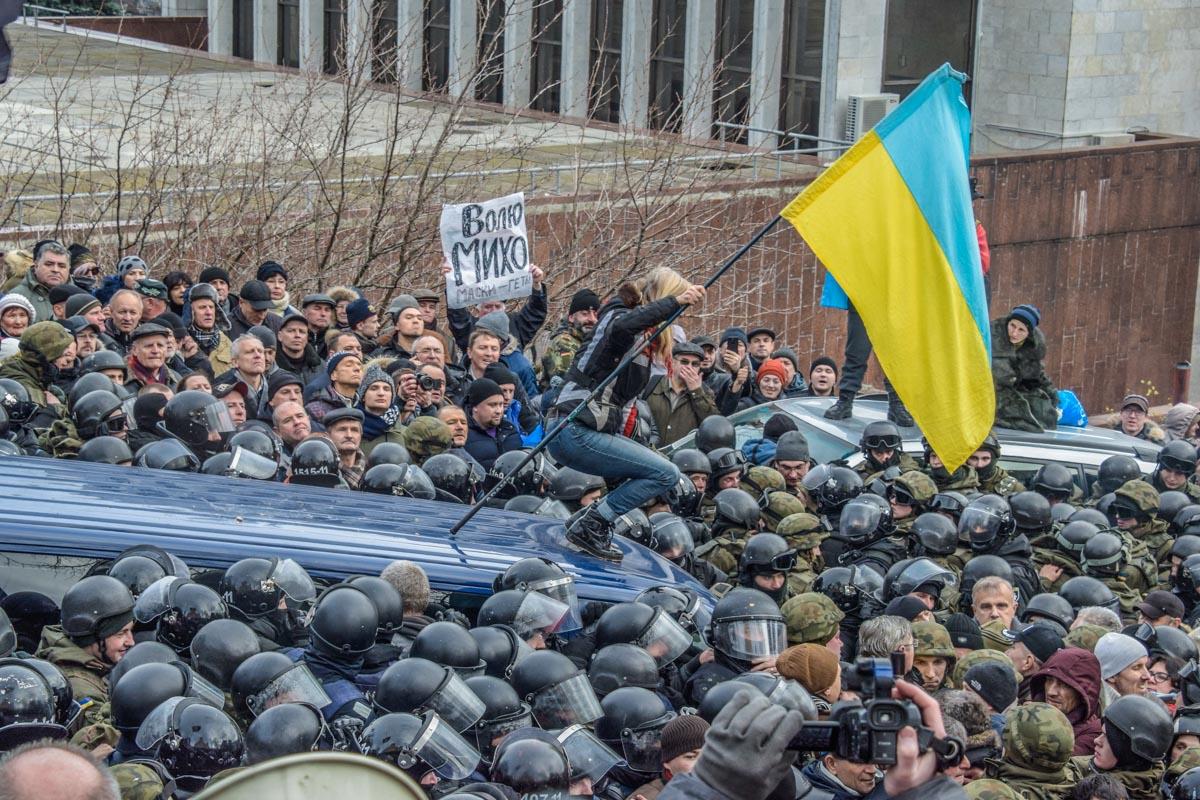 Одна из активисток выбралась на крышу микроавтобуса с Саакашвили