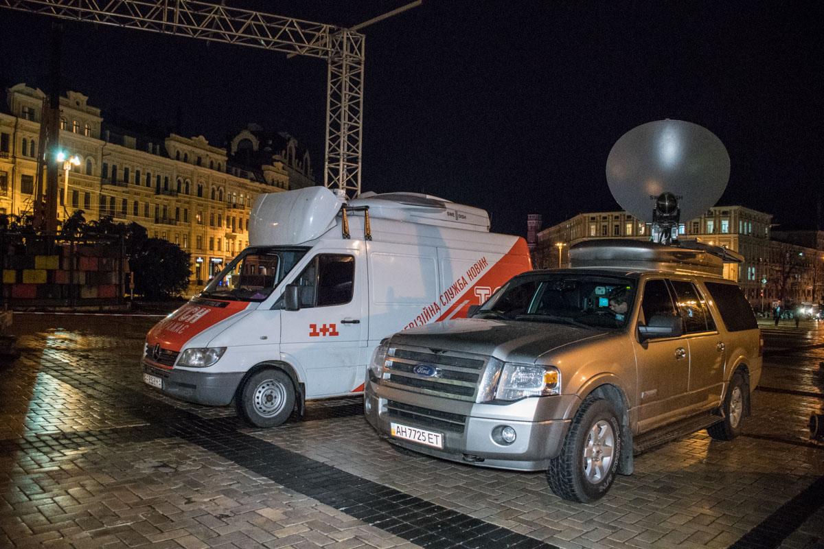 Посмотреть на процесс установки приехали даже передвижные телестудии нескольких ТВ-каналов