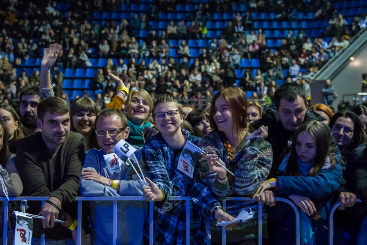 Поклонники собираются на концерт любимой певицы