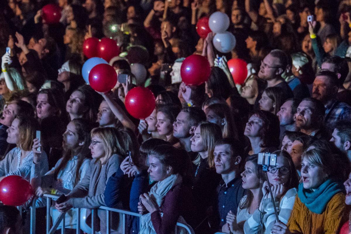 В конце вечера на зрителей посыпались шарики