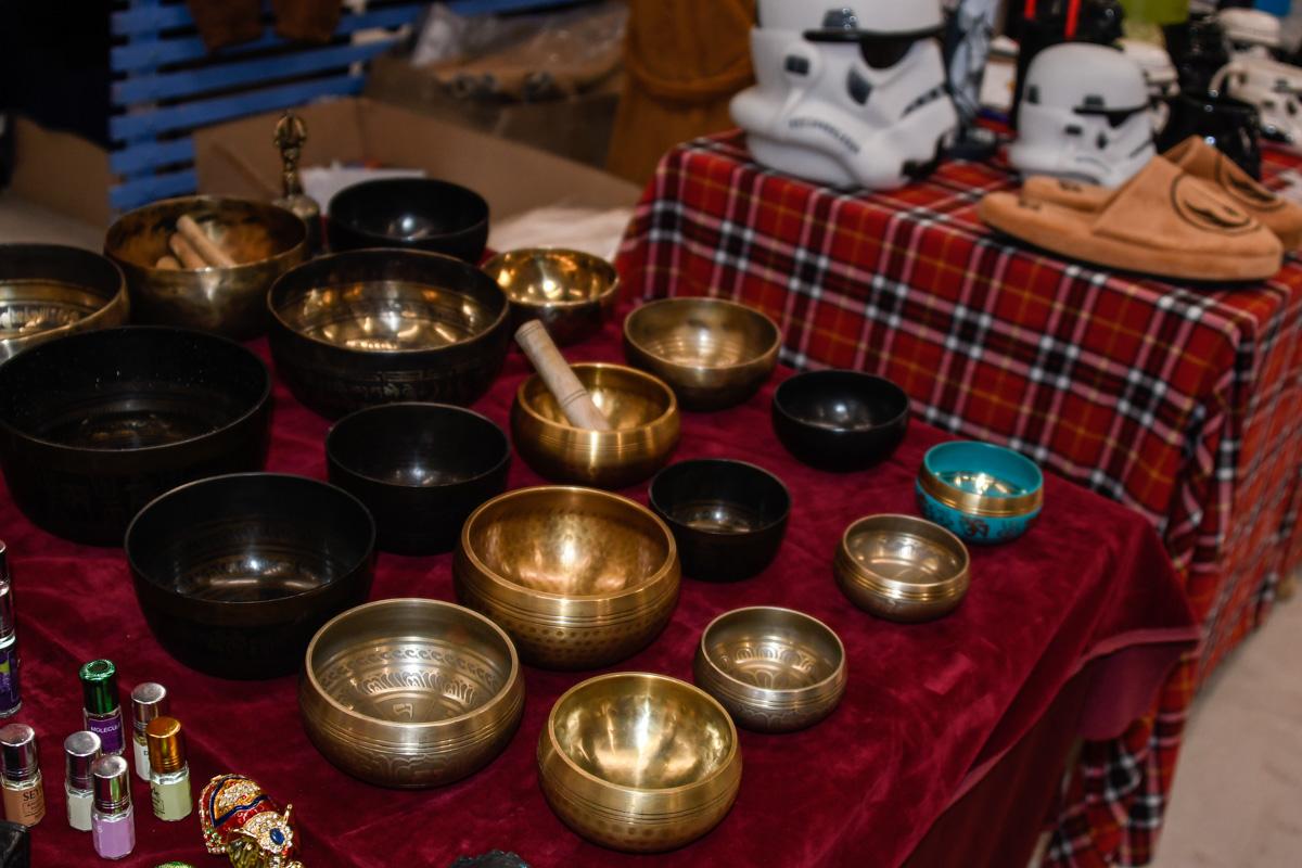 На ярмарке продавали тибетские чаши и украшения из Непала