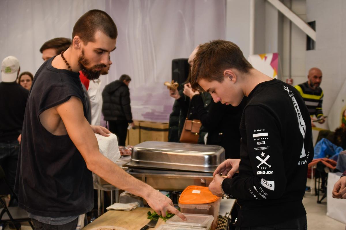 Посетитель выбирает начинку для вегетарианского бургера
