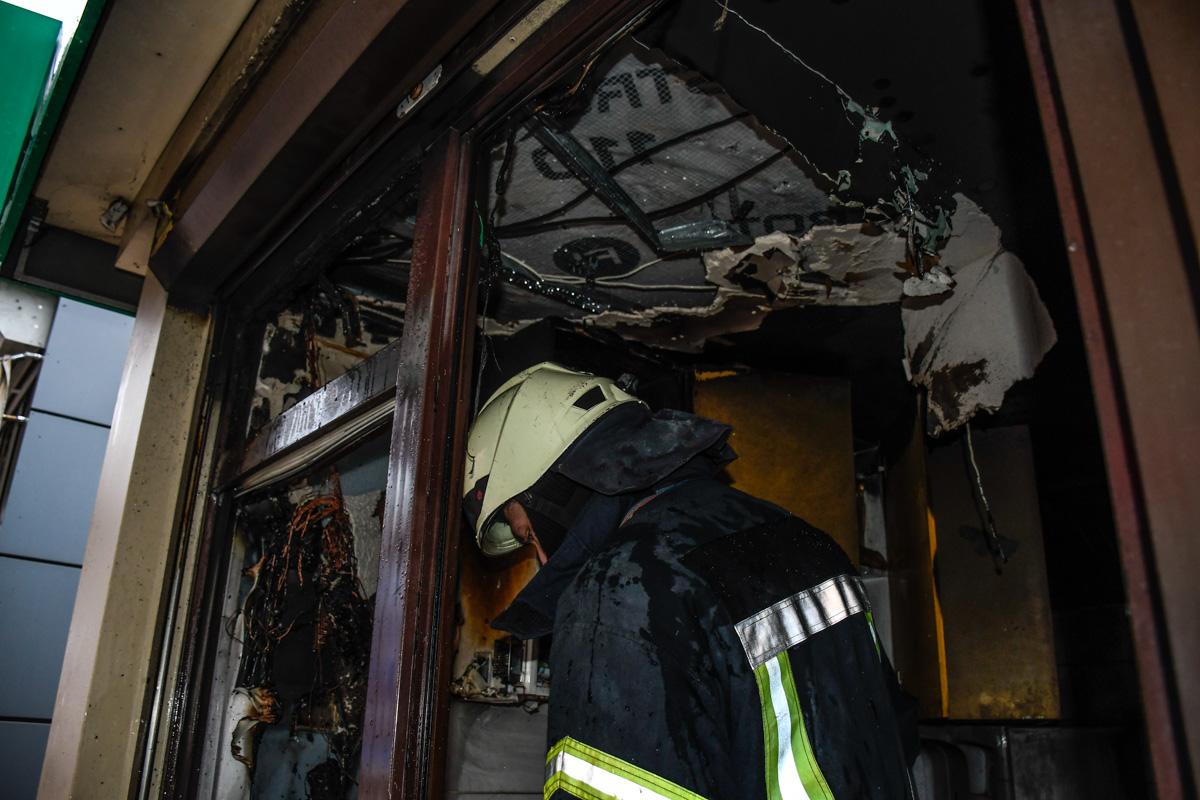 Внутри помещения огонь повредил большую часть кухонного оборудования
