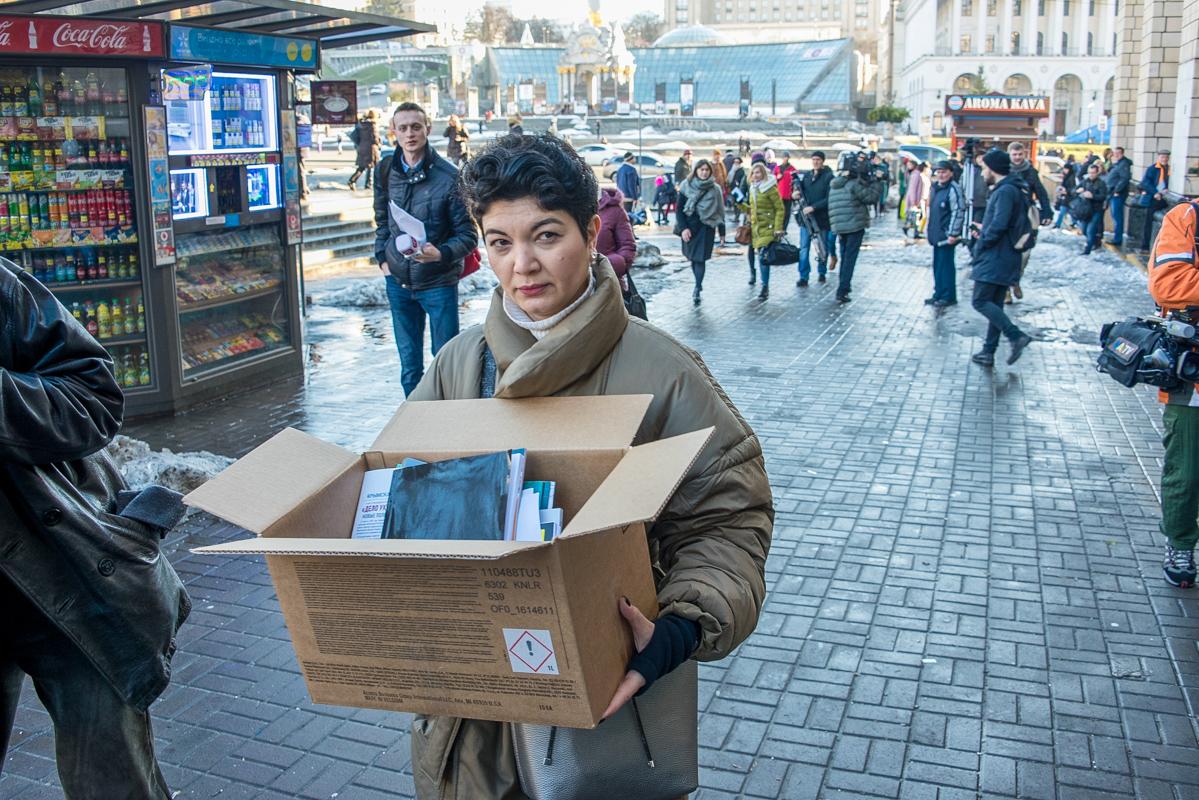 Документы с правонарушениями в Крыму поместили в большую коробку