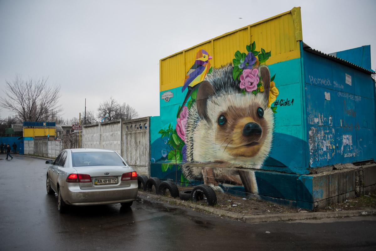 Недалеко от свежего граффити автора киевляне могут увидеть изображение ежика на стене СТО