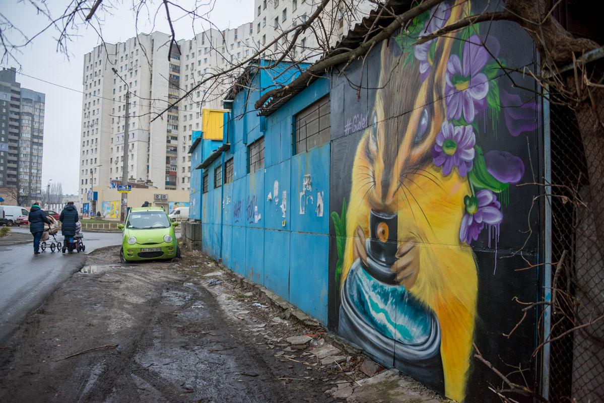 Рядом с граффити ежика - изображение белки на стене