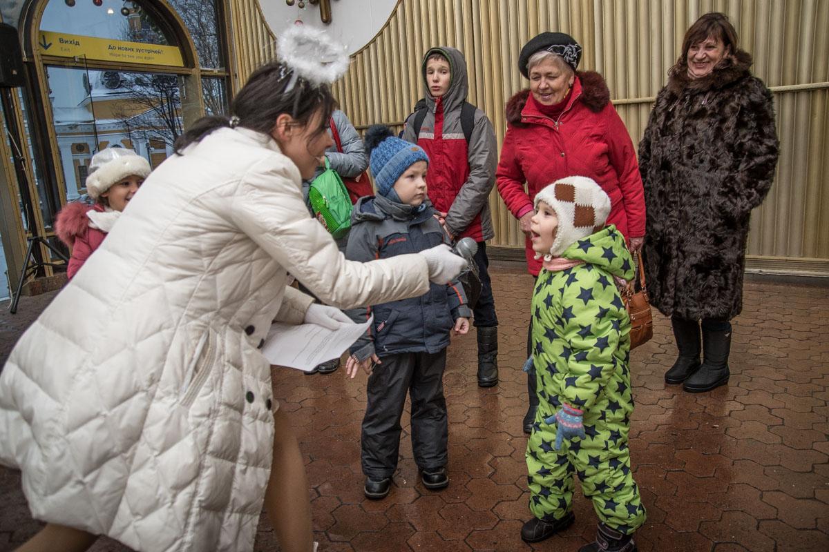 Возле фуникулера на Подоле Святой Николай и его помощники организовали для детей праздничную викторину