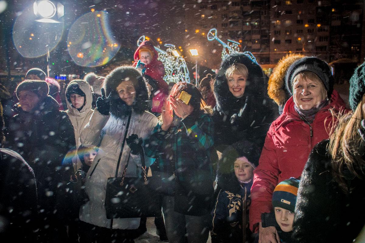 Люди были радостные несмотря на снежную погоду