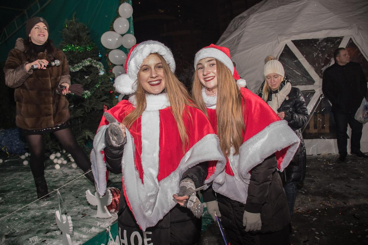 Также на площади работали девушки в костюмах Санты