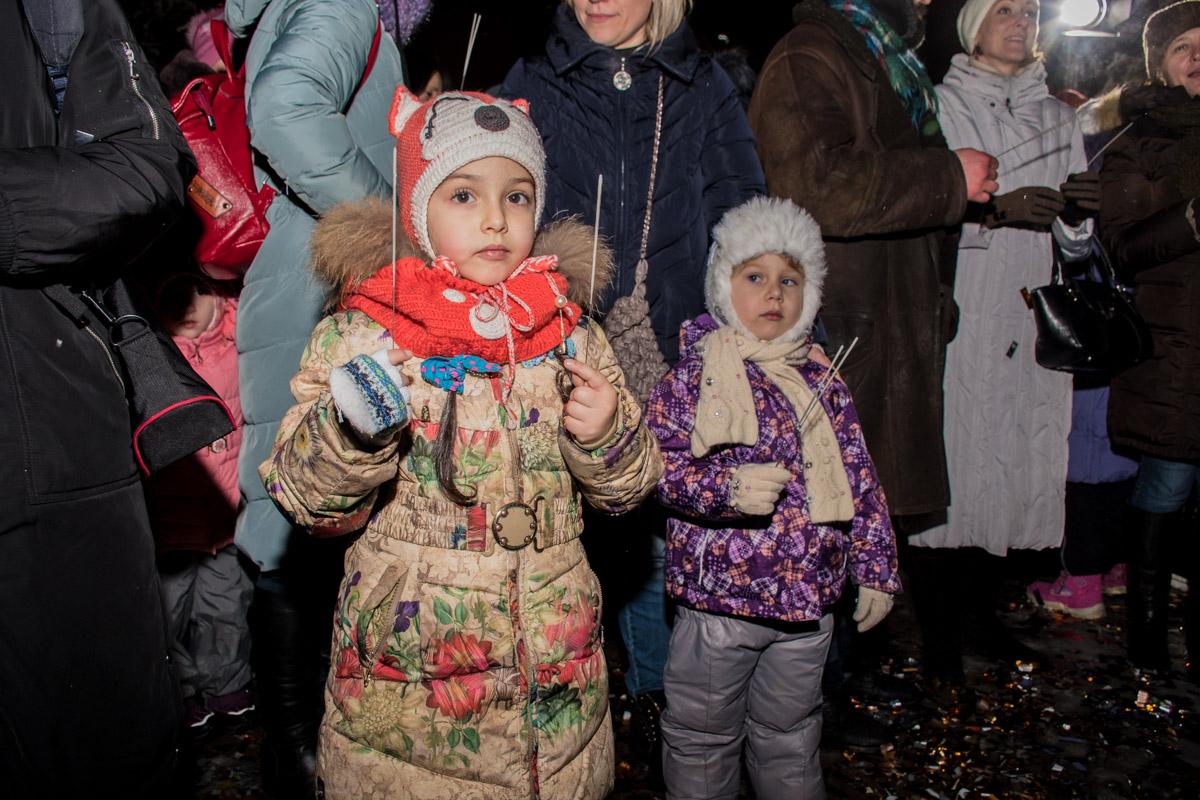 Устанавливать новогодний рекорд на Печерске пришли даже самые маленькие киевляне
