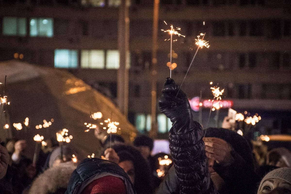 Огоньки зажгли на открытии новогодней елки Печерского района