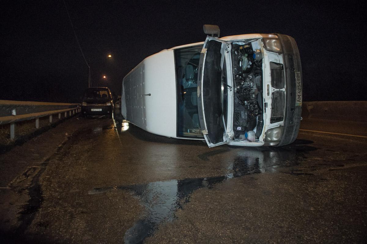 """После встречи с """"отбойником-невидимкой"""" автомобиль Volkswagen перевернулся на бок и проехался так 20 метров"""