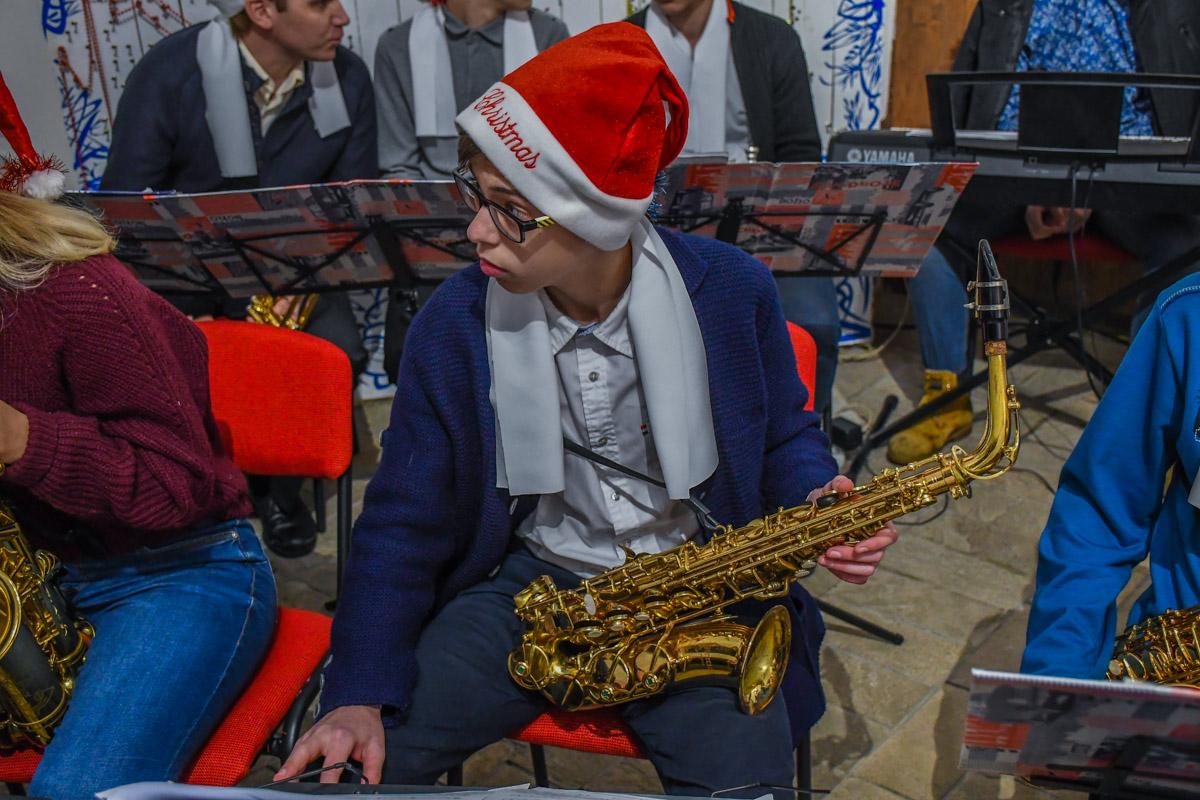 Праздничный оркестр исполнил веселые песни