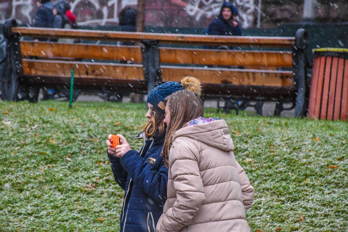 Кто-то снимает первый зимний снег на камеру
