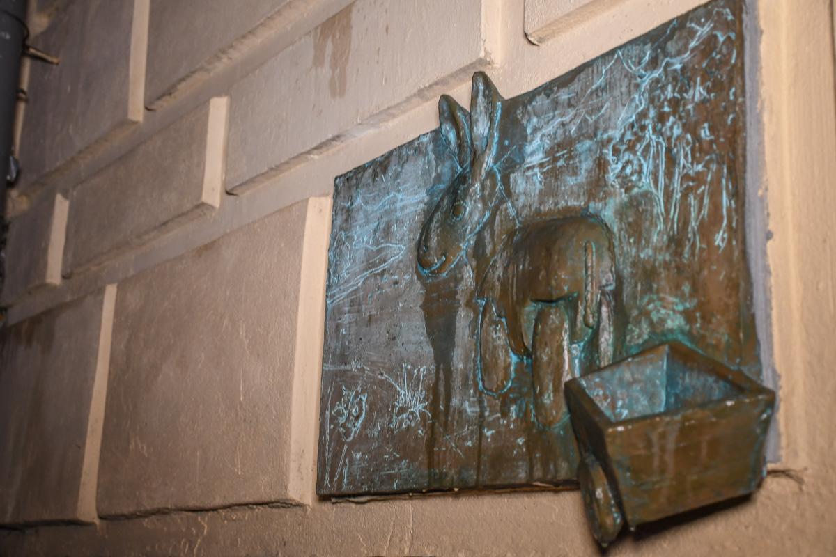 Теперь ослик украшает стену дома №5 в Рыльском переулке