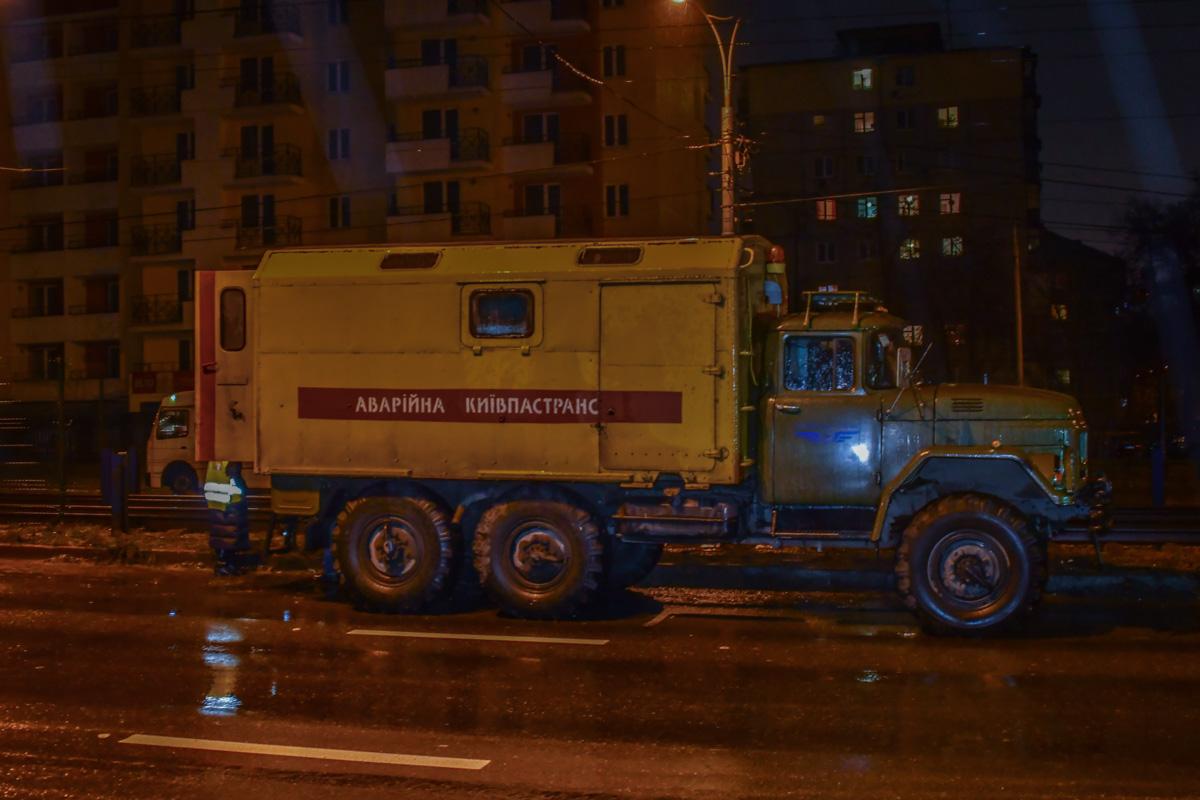 """Аварийная служба """"Киевпасстранс"""" оттянула грузовиком машину с трамвайных путей"""