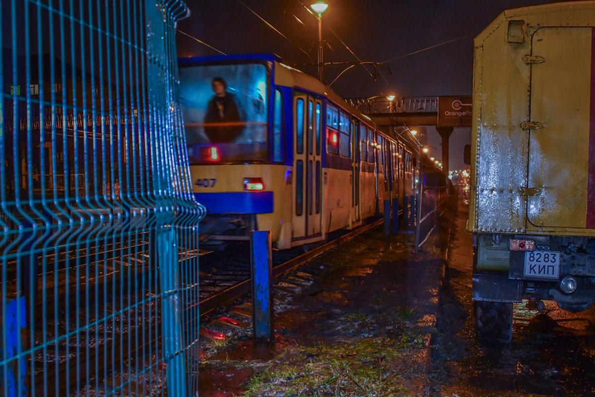 Пьяный водитель на автомобиле Ford снес забор и вылетел на трамвайные пути
